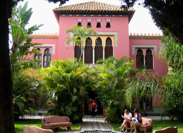 Palacete de La Naharra, sede del Servicio de Atención al Turista Extranjero