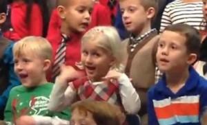 Claire, de 5 años, interpretando en Lengua de Signos Americana.