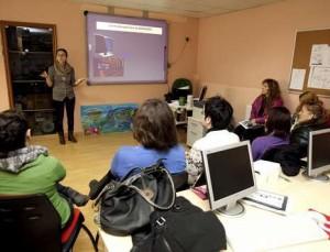 Voluntarios de la ASM recibiendo clase de Lengua de Signos