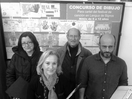 El jurado valoró ayer cada uno de los 32 dibujos presentados en la Asociación de Personas Sordas de Vigo.