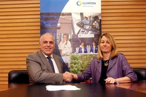 La directora gerente de la CNSE, Mª Sol González, y el director de RRHH de Ilunion Facility Services, Pedro Buesa. Imagen: Ilusion.