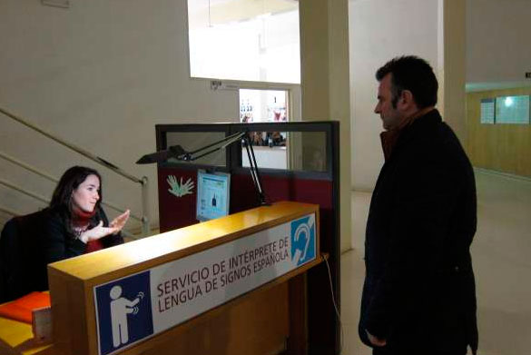 La intérprete en su puesto de trabajo
